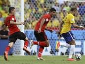 PROTI PŘESILE. Brazilský útočník Neymar má v zádech hned trojici soupeřů. Uteče...
