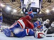 TVRDÉ PŘISTÁNÍ. Dan Girardi z New York Rangers se vleže snaží pomoci svému