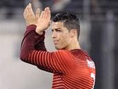 PORTUGALSKÝ KLENOT. Cristiano Ronaldo tleská divákům v přípravném utkání proti