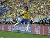 Brazilský obránce Marcelo se snaží udržet míč na hrací ploše.