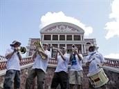 Skupinka anglických fotbalových fanoušků před operou Teatro Amazonas v Manausu.