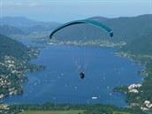 Ossiašské jezero a paraglidista