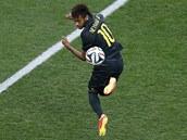 JAKÉ KOUSKY UMÍ? Neymar si hraje s balonem na tréninku brazilské reprezentace.