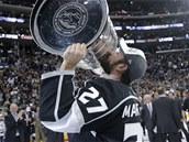 JE MŮJ. Obránce Alec Martinez slaví se Stanley Cupem.