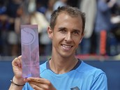 Lukáš Rosol pózuje s trofejí pro vítěze challengeru Prague Open.