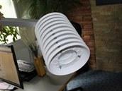 Amatérský radiační kryt pro IP teploměr vyrobený z deseti bílých umělohmotných...