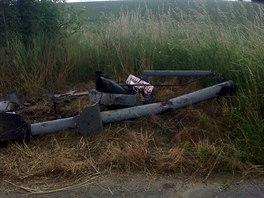 Řidič usnul, narazil do návěstí a jeho vůz skoničl na střeše v kolejišti (14....