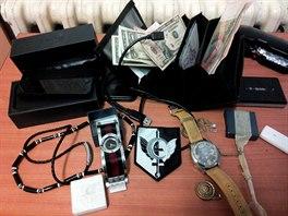 Věci, které měli pachatelé u sebe. Mimo jiné jsou mezi nimi hodinky z...