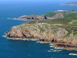 Skály severozápadního pobřeží ostrova Jersey.