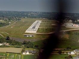 Finále dráhy 09 letiště na ostrově Jersey.