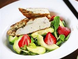 Osvěžující salát s avokádem a jahodami