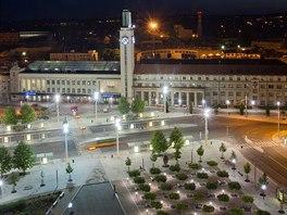 Noční pohled na Riegrovo náměstí u železničního nádraží v Hradci Králové.