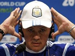 Argentinský kouč Alejandro Sabella si během tiskové konference nasazuje...