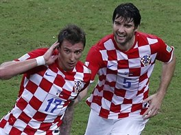 NENÍ VÁS SLYŠET Chorvatský útočník Mario Mandžukič (vlevo) slaví gól proti...
