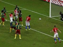 Chorvatský útočník Mario Mandžukič (č. 17) hlavičkuje na bránu Kamerunu. Po...