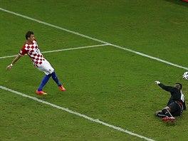 Chorvatský útočník Mario Mandžukič  doráží střelu spoluhráče Eduarda, překonává...