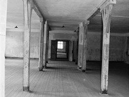 Blok 10, první poschodí: ústřední koridor vedoucí oběma sály sloužícími jako