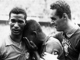 SLAVNÝ SNÍMEK. Mladičký Pelé pláče na rameni Didiho, mozku brazilských