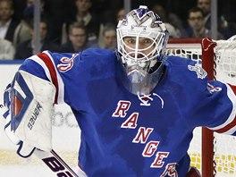 CHOBOTNICE NA LEDĚ. Brankář New York Rangers Henrik Lundqvist je připraven puk