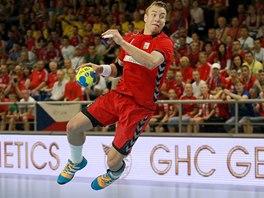 Filip Jícha při střelbě v utkání proti Srbsku.