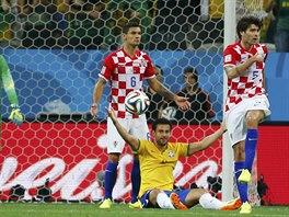 Brazilský útočník Fred ukazuje, že se má kopat penalta. Opakovaný záběr však...