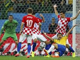 Brazilský útočník Fred ještě ani nedopadl a už gestikuloval, že se má kopat...