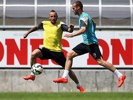 Záložník Michal Breznaník (ve žlutém) na tréninku fotbalové Sparty