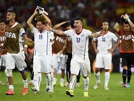 ZDOLALI ŠAMPIONY. Fotbalisté Chile si užívají radosti z výhry nad Španělskem.