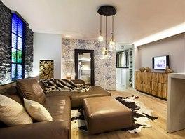 Stylov� interi�r - chalet: komody pod televiz� jsou od firmy Riva 1920. Ta je