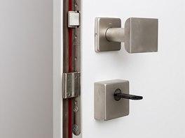Bezpečnostní kování na vstupních dveří