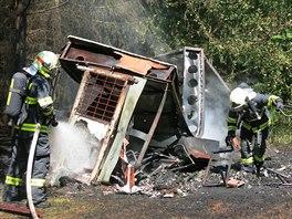 Oheň maringotku sloužící jako včelín navzdory zásahu hasičů kompletně zničil....