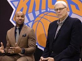 Phil Jackson (vpravo) a Derek Fisher se po letech setkávají v NY Knicks,...