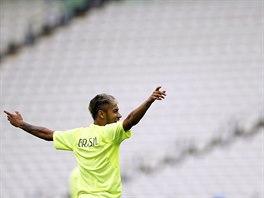 JÁ, NEYMAR. Brazilský útočník Neymar si užívá pondělní trénink před utkáním...