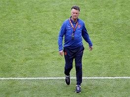 PANTÁTA. Nizozemský kouč Louis van Gaal pochoduje po trávníku v tréninkovém...