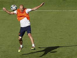 VÝSKOK. Arjen Robben zpracovává míč na tréninku nizozemské reprezentace před...