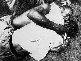 MISTŘI 1970. Pelé objímá Gérsona po brazilském vítězství ve finále mistrovství