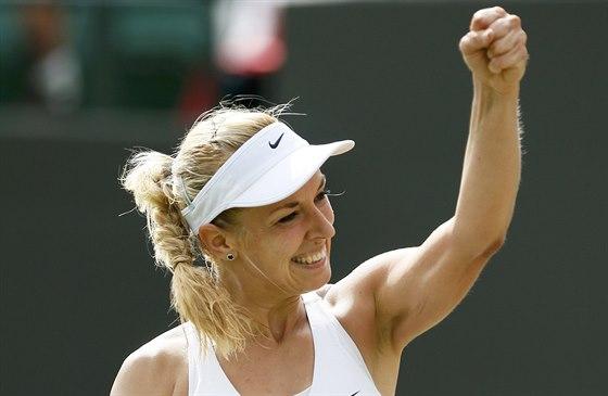 Německá tenistka Sabine Lisická oslavuje gestem výhru nad Karolínou Plíškovou...