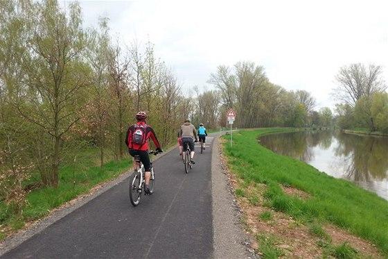 Cyklostezka vede příjemnou říční krajinou