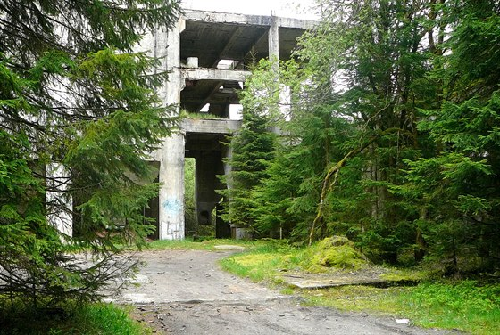 Zbývalé továrny jsou dnes jen ruiny.