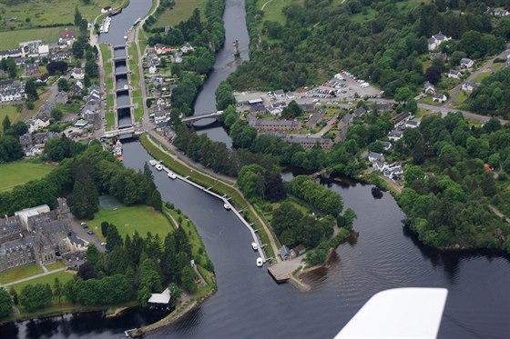 Spojen� um�l� ��sti Kaledonsk�ho kan�lu a jezera Loch Ness v m�ste�ku Fort...