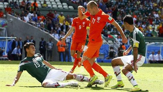 Mexický obránce Moreno (vlevo) fauluje nizozemského útočníka Arjena Robbena,...