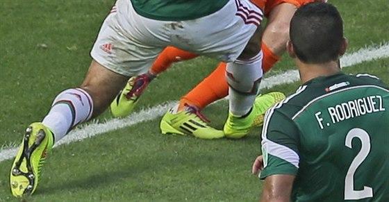 ROZHODUJÍCÍ OKAMŽIK Pravá noha mexického kapitána Rafaela Marqueze zastavuje v...