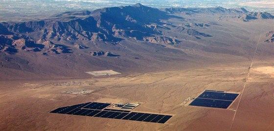 CdTe panely se využívají především na velkých instalacích, kde je hodně místa a kde cena panelů tvoří zdaleka největší část ceny (u menších instalací tvoří větší podíl měniče, samotné upevnění atp.) Na snímku je Copper Mountain Solar Facility v Nevadě. Mimochodem díky pouštním podmínkám tu panely vyrábějí téměř dvakrát více energie, než by vyrobily v ČR.