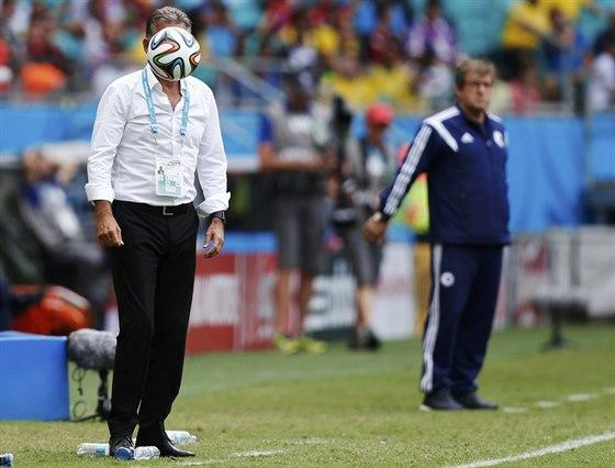 KDO JE ZA MÍČEM? Letící balón zakrývá tvář íránského trenéra Carlose Queiroze,...