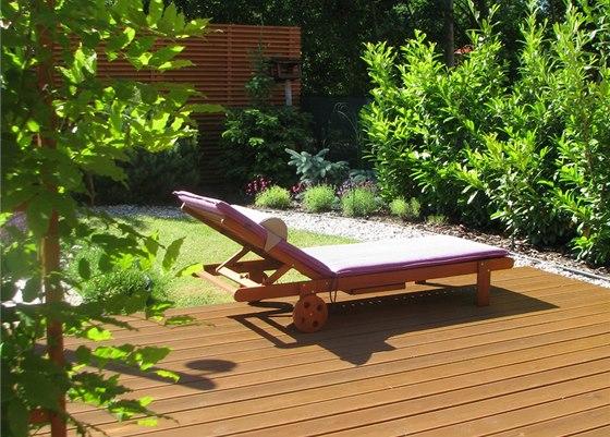 Na terase se při výhledu do zeleně výborně odpočívá.