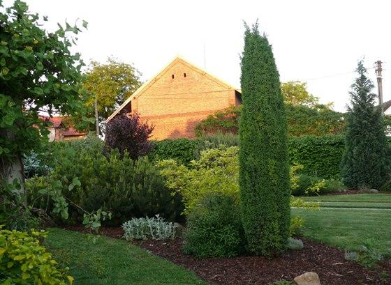 �dr�ba zahrady vych�z� v pravideln�m sek�n� tr�vy, st��h�n� �iv�ho plotu a
