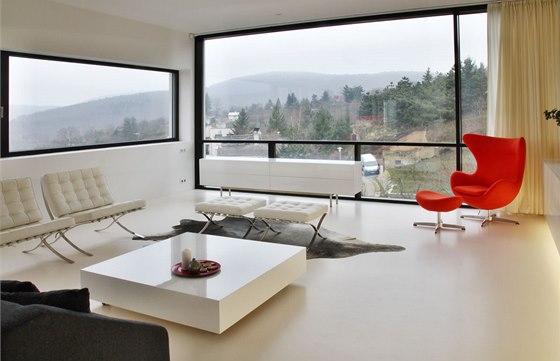 Celý interiér domu je navržen ve světlých barvách, které doplňuje několik
