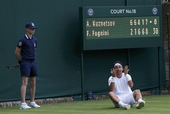 CO SE TO DĚJE? Fabio Fognini nevěřícně kouká -během zápasu s Američanem...