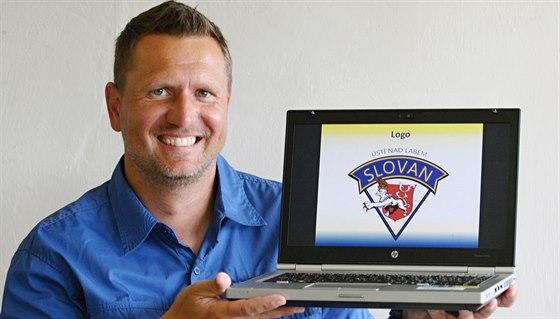 Jan Čaloun s novým logem ústeckého Slovanu, které sám vymyslel.