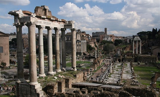 Kdy� �lov�k poprv� vstoup� na Forum Romanum, je p�ekvapen, jak m�lo toho...
